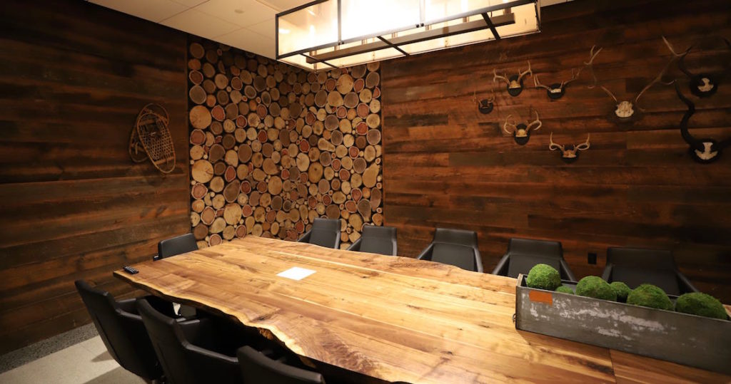 Cabin-inspired meeting room seating 18 people in Atlanta, Georgia